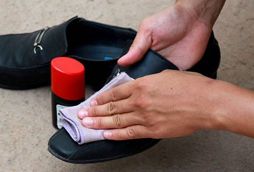 Обработка обуви специальным средством