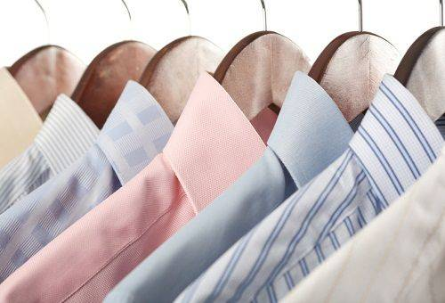 рубашки на вешалках