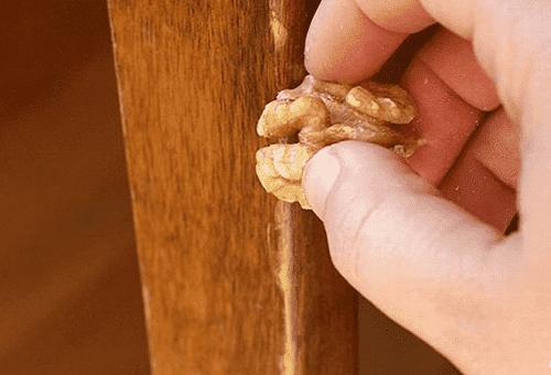 удаление царапины грецким орехом
