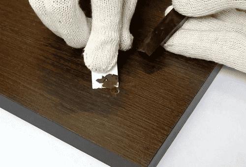 удаление царапины мягким мебельным воском