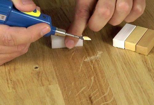 убрать царапины на мебели воском