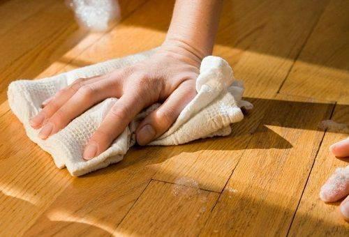 девушка чистит пол тряпкой