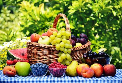 Свежие фрукты в корзине