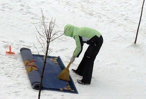 чистка ковра на улице в снегу