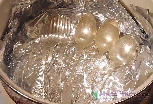 Очищенные серебряные вилки и ложки
