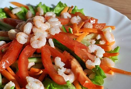 Салат из вареных креветок и свежих овощей