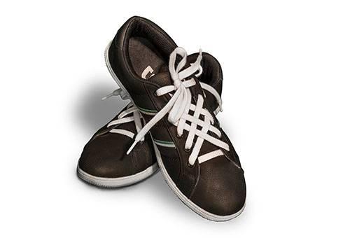 Необычно завязанные шнурки на кроссовках