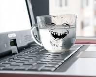стакан с водой на ноутбуке