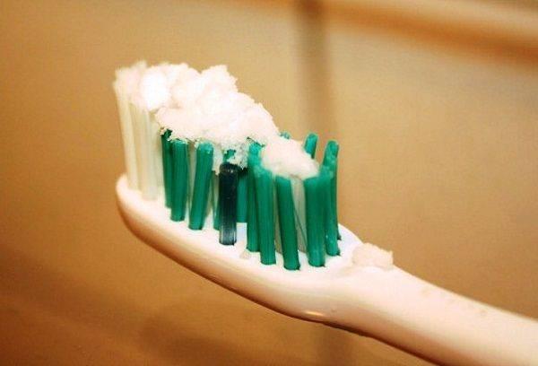 Сода на зубной щетке