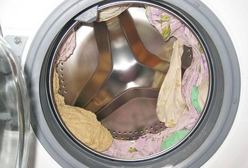 Вещи в стиральной машине после отжима