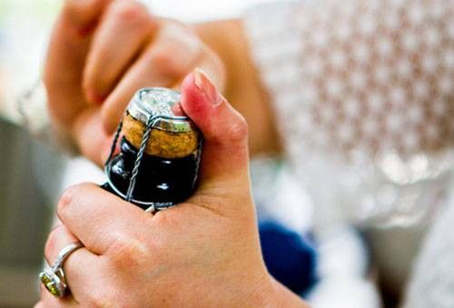 Как правильно открывать шампанское и сколько его можно хранить?