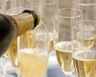 Розлив шампанского по бокалам
