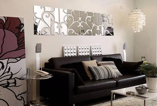 Зеркальная композиция на стене в гостиной