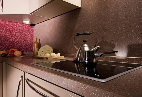 Искусственный камень в рабочей зоне на кухне