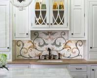 Оригинальный фартук из мозаики на кухне в классическом стиле