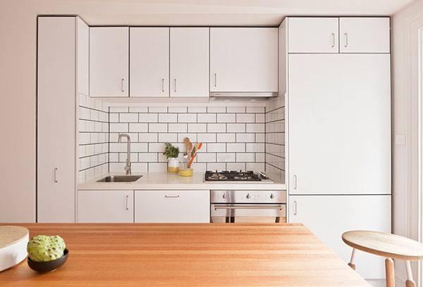 Однотонный белый интерьер кухни