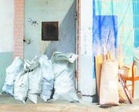 Строительный мусор у подъезда