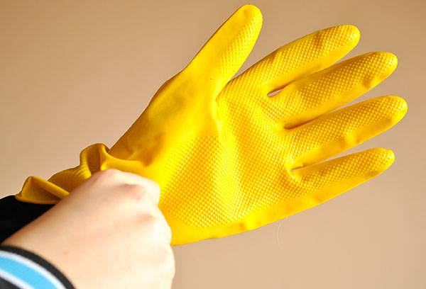 Резиновая защитная перчатка