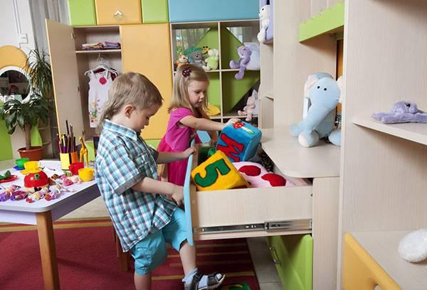 Дети убирают игрушки на место