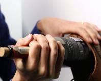 открытие бутылки ударом по дну