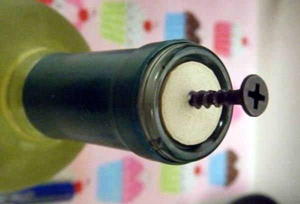 извлечение пробки из бутылки саморезом