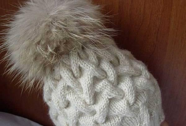 вязанная шапка с меховым помпоном