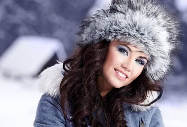 девушка с зимней шапкой на голове