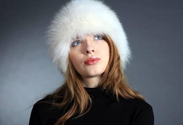 белая меховая шапка на девушке
