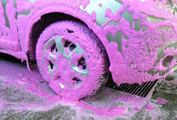 Активная пена розового цвета на автомобиле