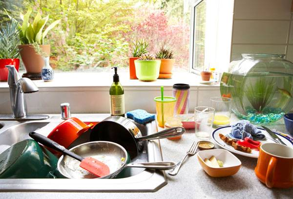 Грязная посуда в мойке