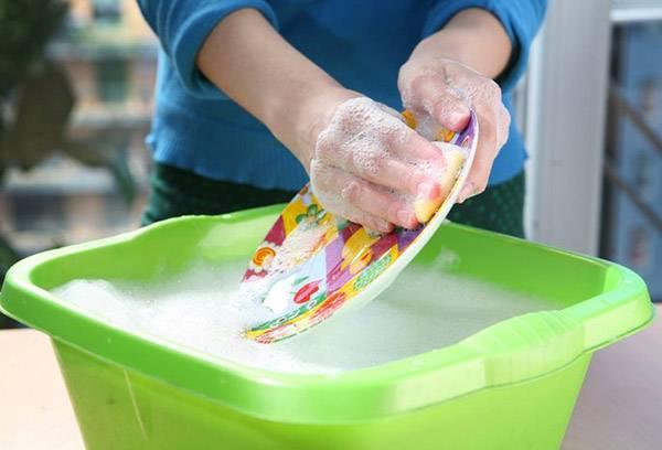 Мытье посуды в тазике