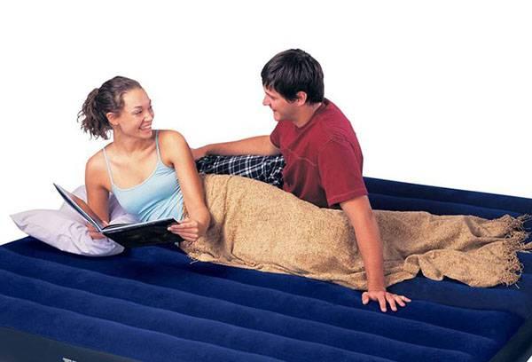 Парень и девушка на надувном матрасе