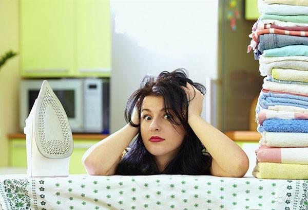 Женщина устала гладить белье