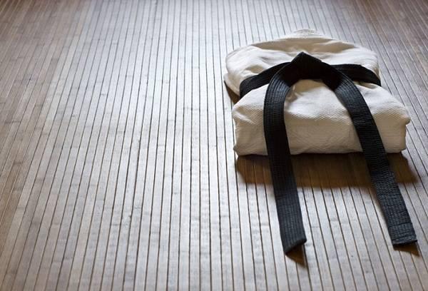 кимоно с черным поясом