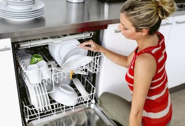 девушка загружает посуду