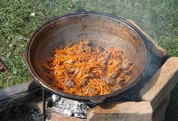 Приготовление пищи в казане на природе