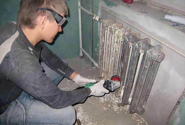 Механическое избавление от старой краски на батарее