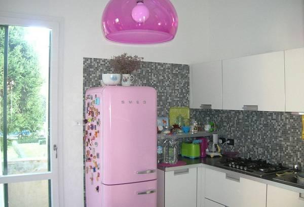 розовый холодильник
