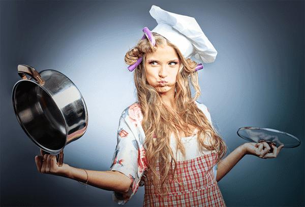 Домохозяйка с чистой кастрюлей