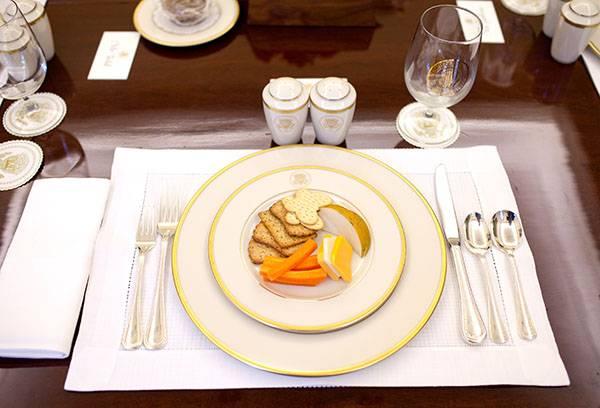 Сервировка стола с десертом