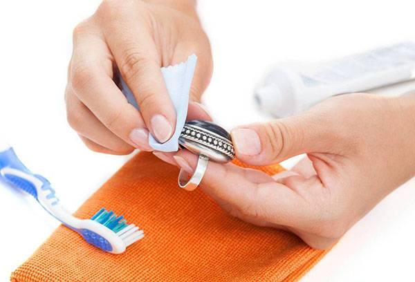 Чистка серебряного кольца зубной пастой