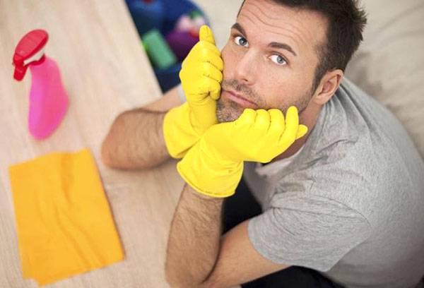 Мужчина в перчатках для уборки