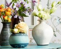 Цветы в керамических вазах