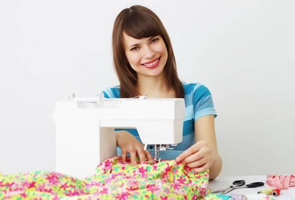 Девушка со швейной машиной