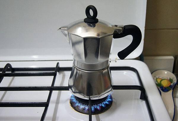 Гейзерная кофеварка на газовой плите