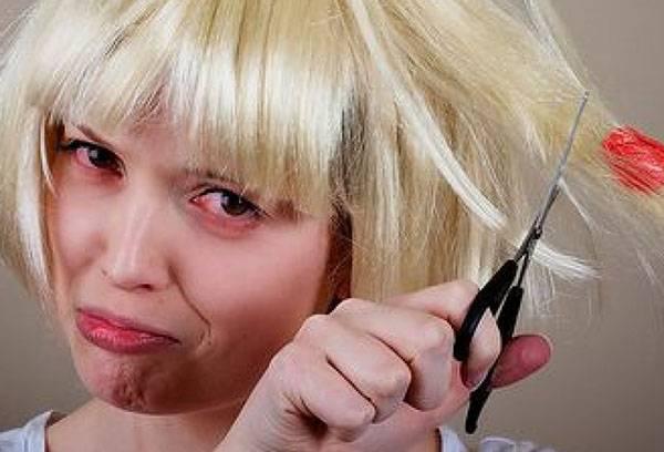 Девушка отрезает волосы с жвачкой
