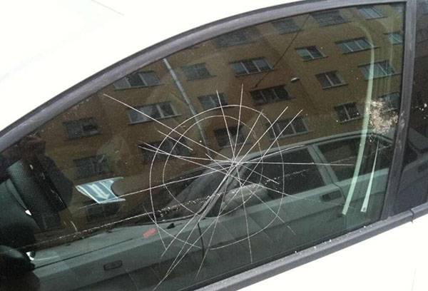 Глубокие царапины на боковом стекле авто