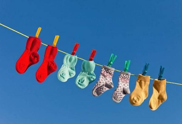 Детские носочки на бельевой веревке