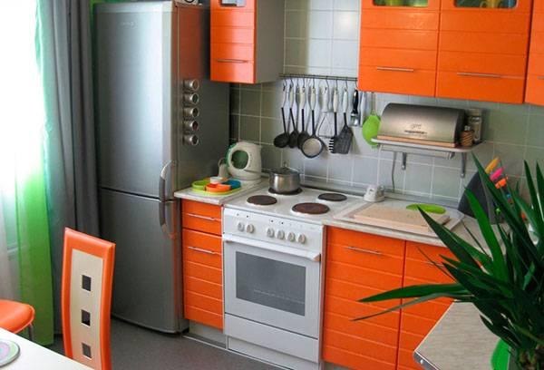 Холодильник около батареи