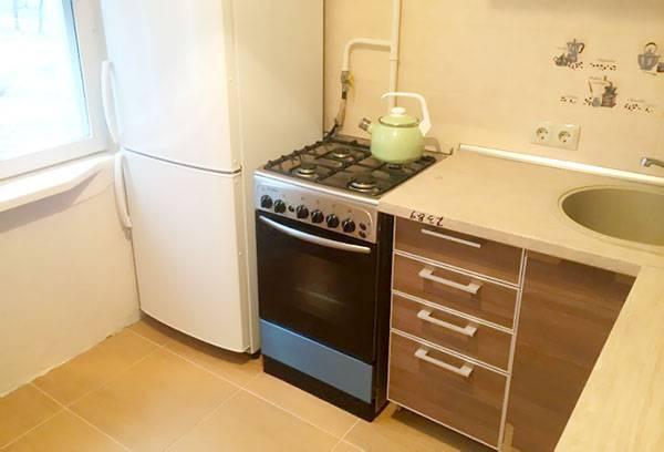 Плита рядом с холодильником